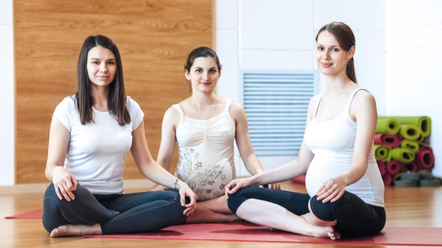 गर्भावस्था के दौरान और इसके बाद इन आसनों और प्राणायामों से ख़ुद को रखें फिट